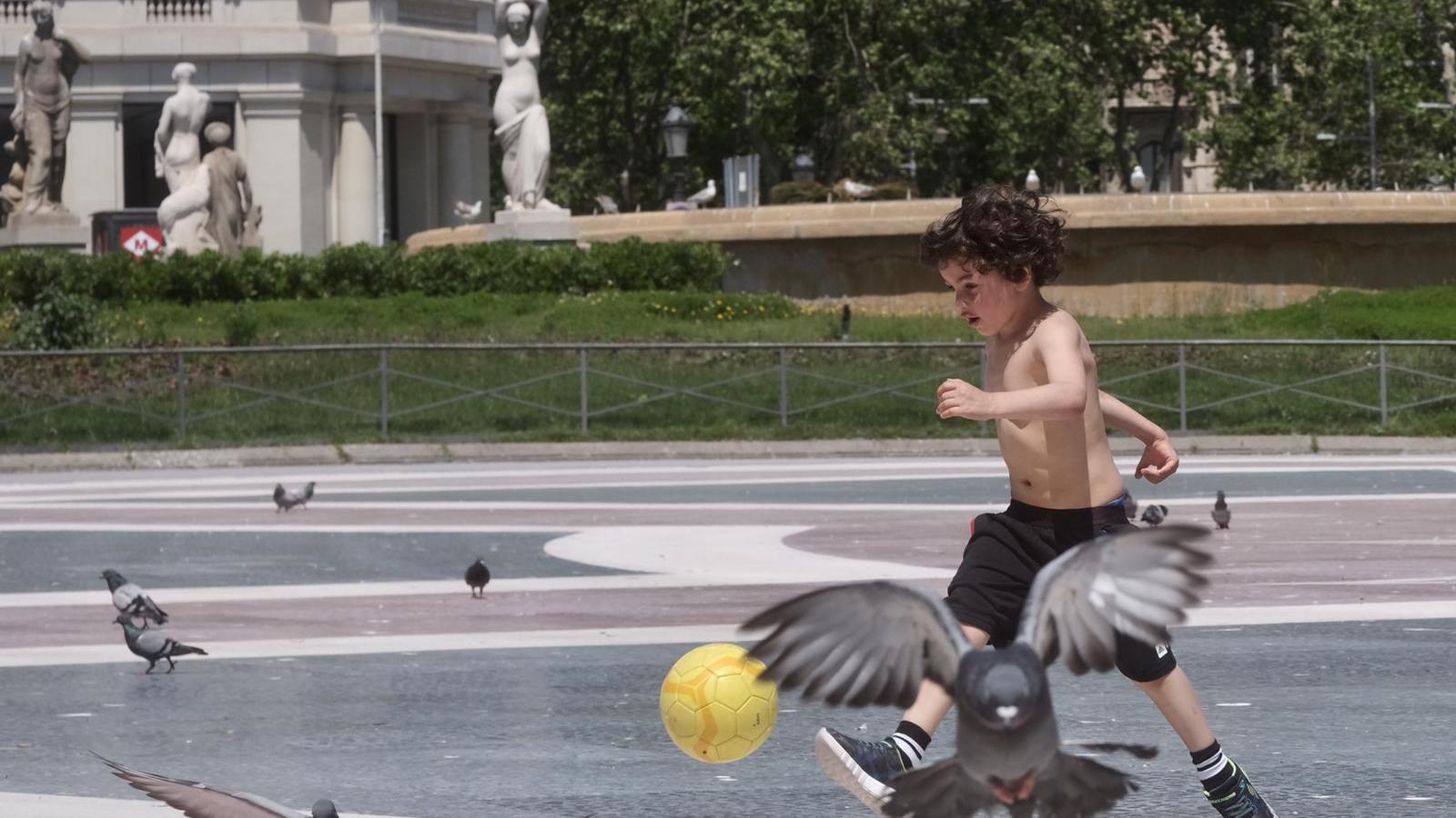 """El primer passeig dels nens: """"Han fet els carrers més grans"""""""