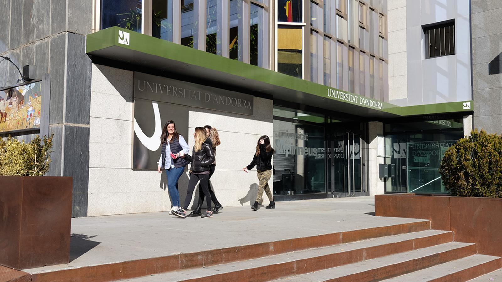 Estudiants davant la Universitat d'Andorra. / UdA