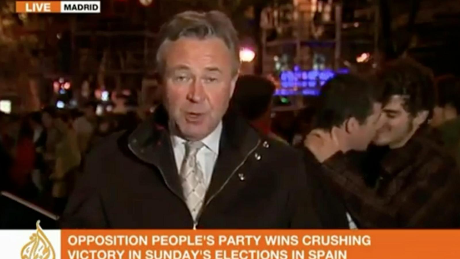 Petó gai davant les càmeres d'Al Jazeera en la celebració de la victòria del PP