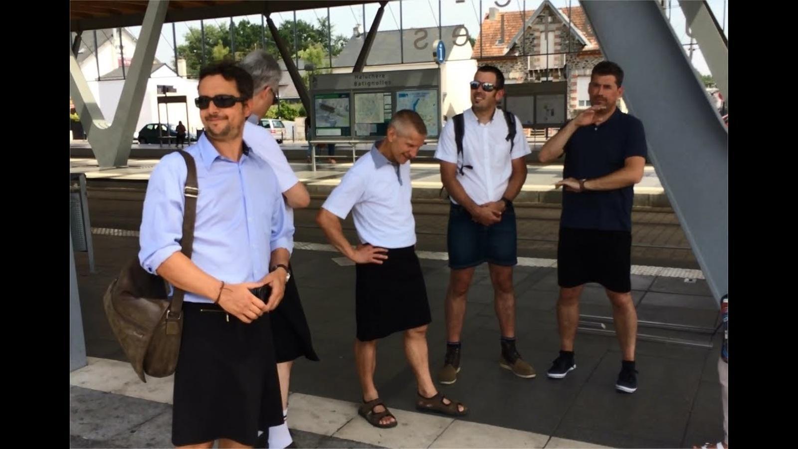Un grup de treballadors d'una companyia d'autobusos de Nantes protesta vestint-se amb faldilles
