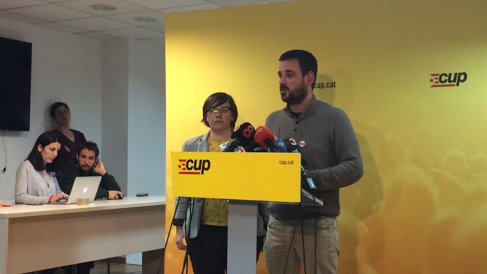 Lluc Salellas i Mireia Boya, en roda de premsa a la seu de la CUP