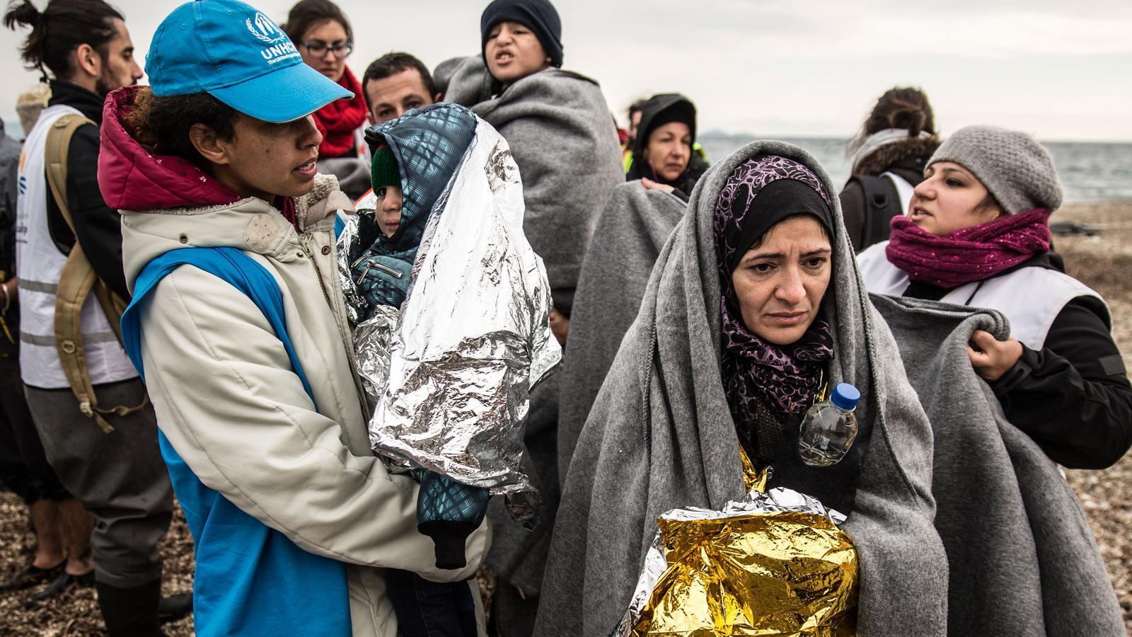Un grup de refugiats amb membres del Comitè Espanyol d'ACNUR