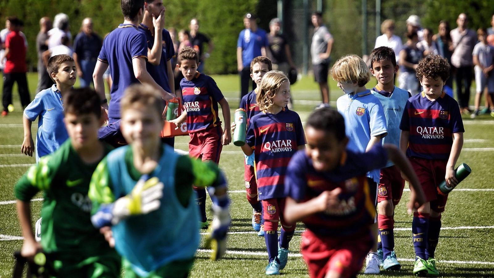 Els jugadors del benjamí C del Barça durant un partit a la Ciutat Esportiva Joan Gamper.
