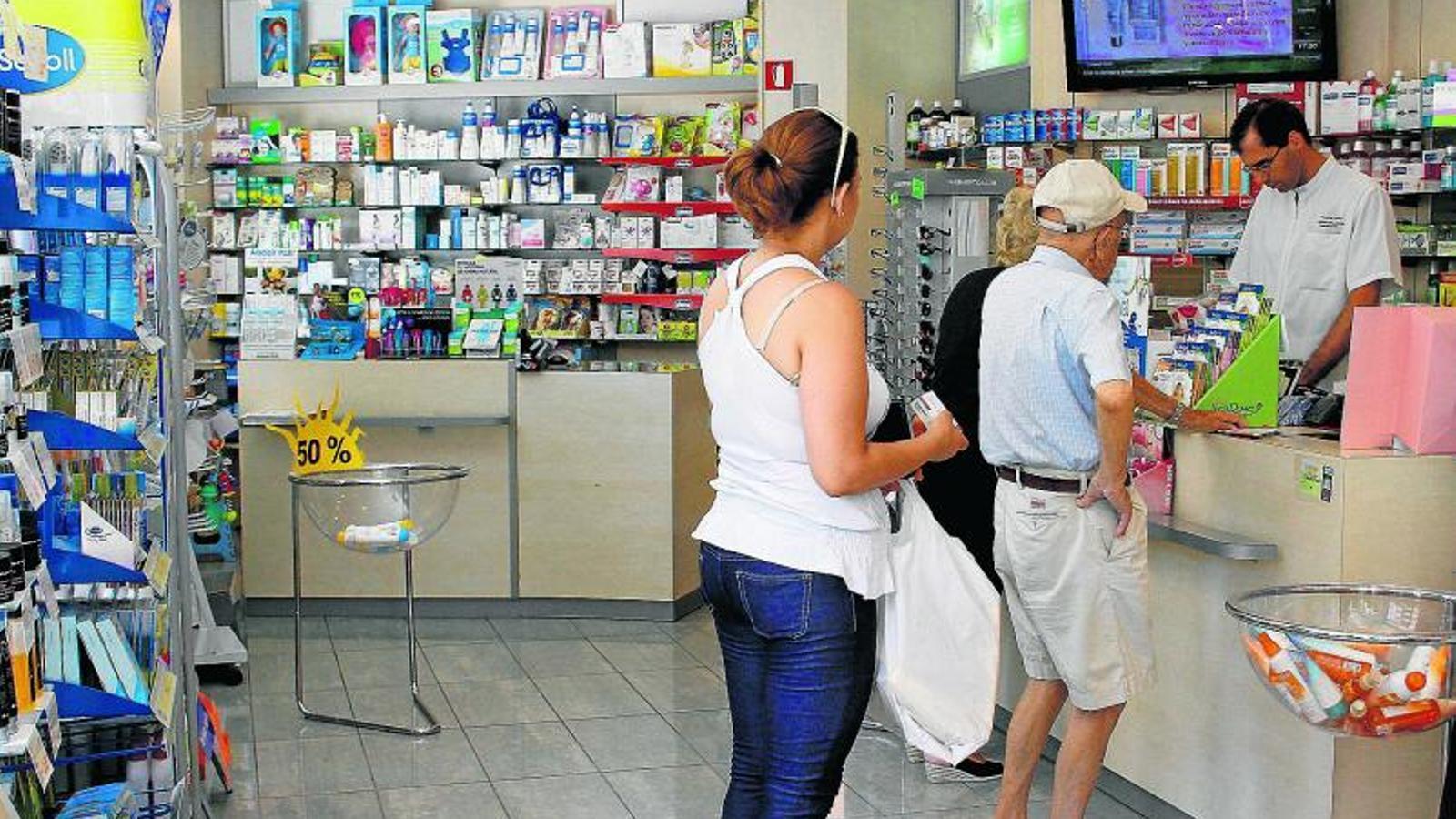 PENSIONISTES, ELS MÉS VULNERABLES   Segons els socialistes, un de cada cinc pensionistes ja no recull a la farmàcia tots els medicaments que li són receptats.