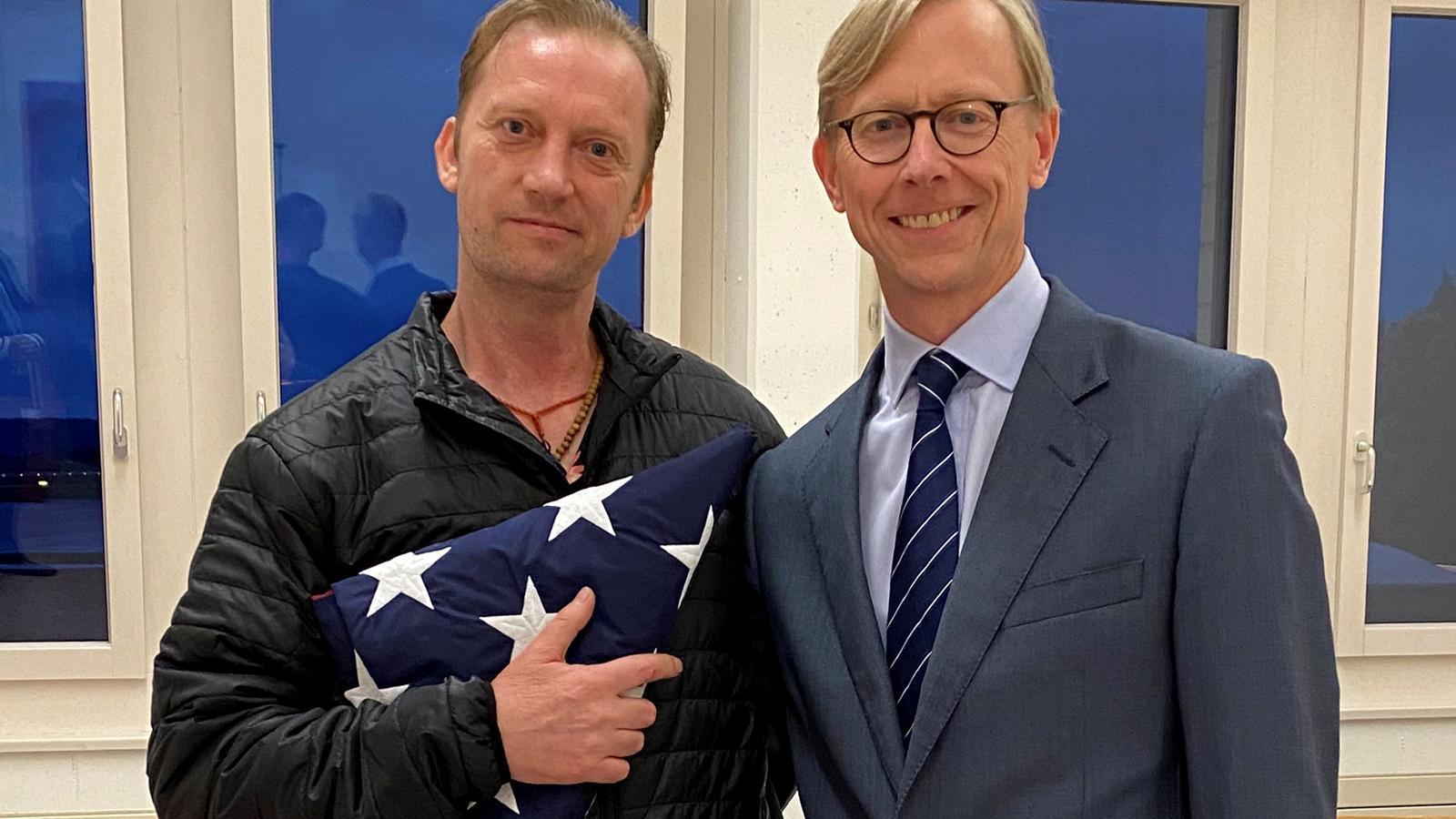 Michael White, a l'esquerra, en el moment d'arribar a l'aeroport de Zuric