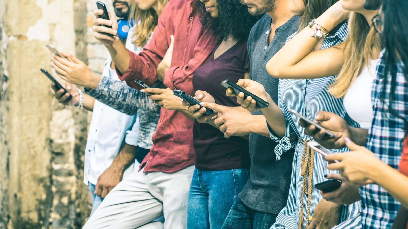 Aplis per desenganxar-se del mòbil, la paradoxa actual