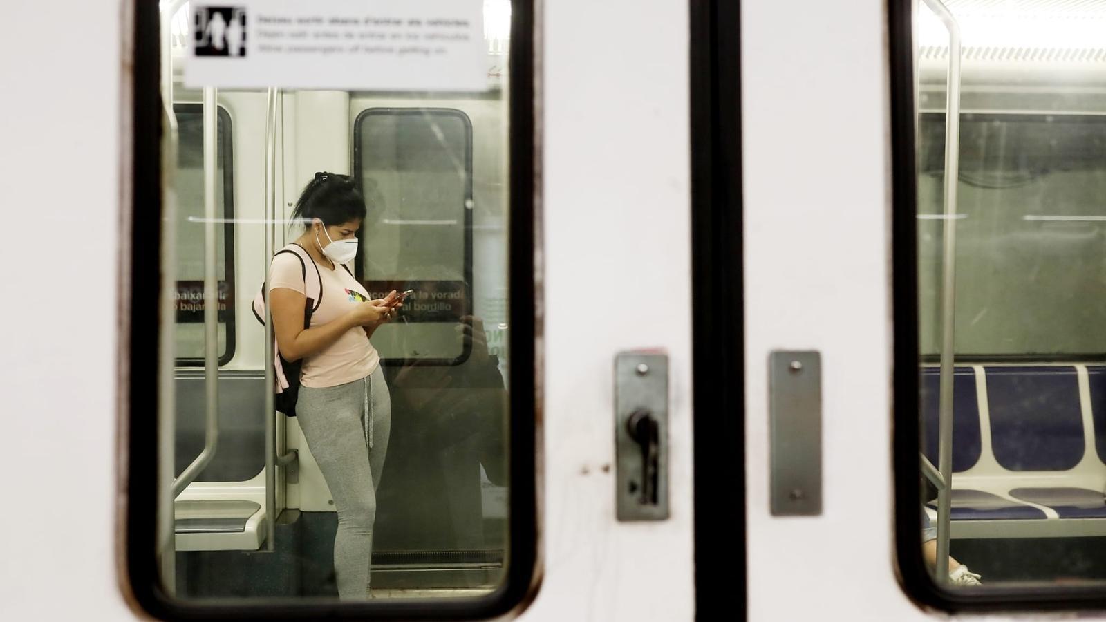 Una passatger amb mascareta al metro aquest matí de dilluns a Barcelona