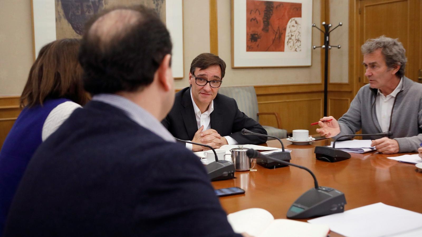 El ministre de Sanitat, Salvador Illa, i el responsable del Centre de Coordinació d'Alertes i Emergències Sanitàries, Fernando Simón, durant la reunió d'aquest diumenge al ministeri per analitzar el brot de coronavirus