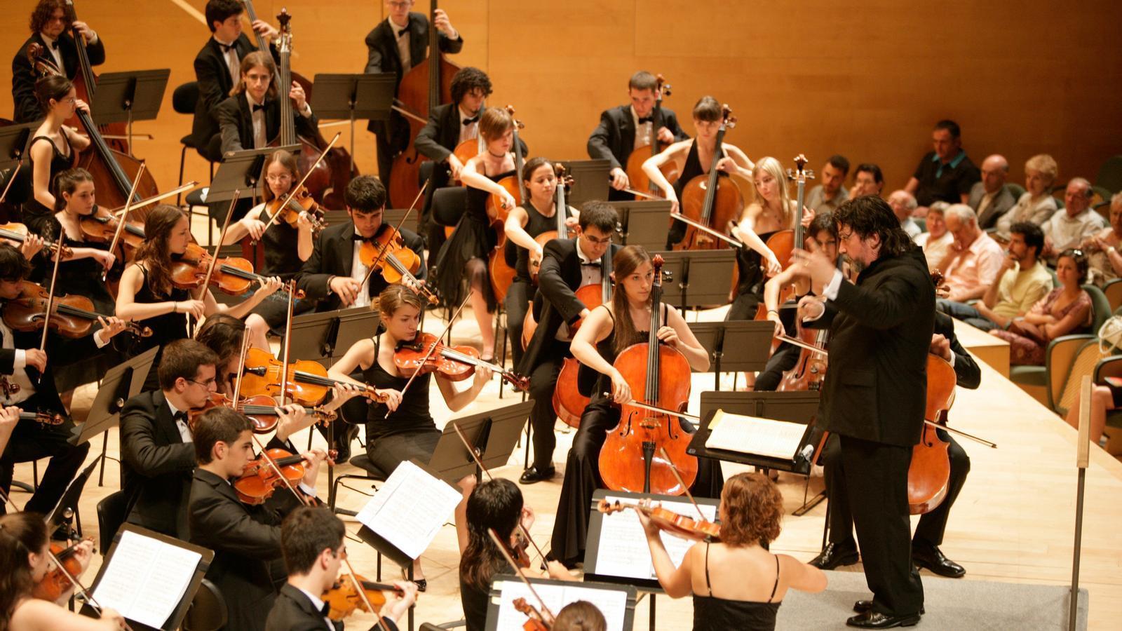 L'entusiasme de la jove orquestra catalana va ser conduït per Manel Valdivieso amb flexibilitat i força rítmica . / JONC