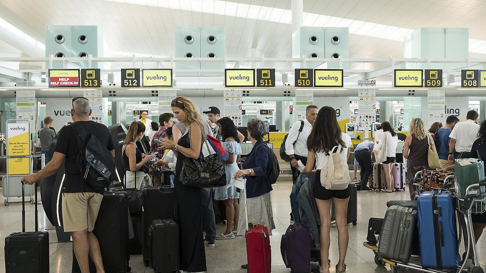 Vueling cancel·la 112 vols del cap de setmana al Prat per la vaga de personal d'Iberia