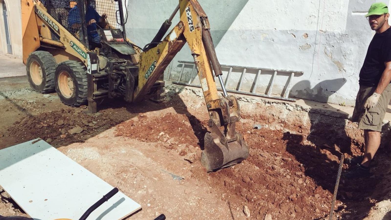 Continuen les obres d'exhumació de la fossa d'Alaró