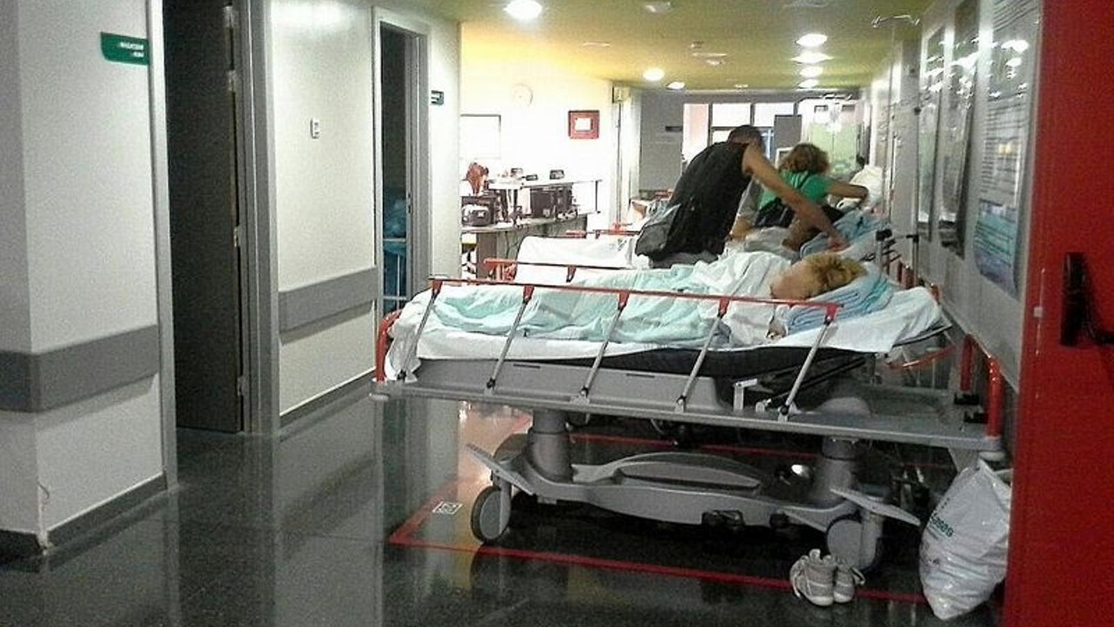 Els pacients s'amunteguen als passadissos de Son Espases. Foto: SATSE.
