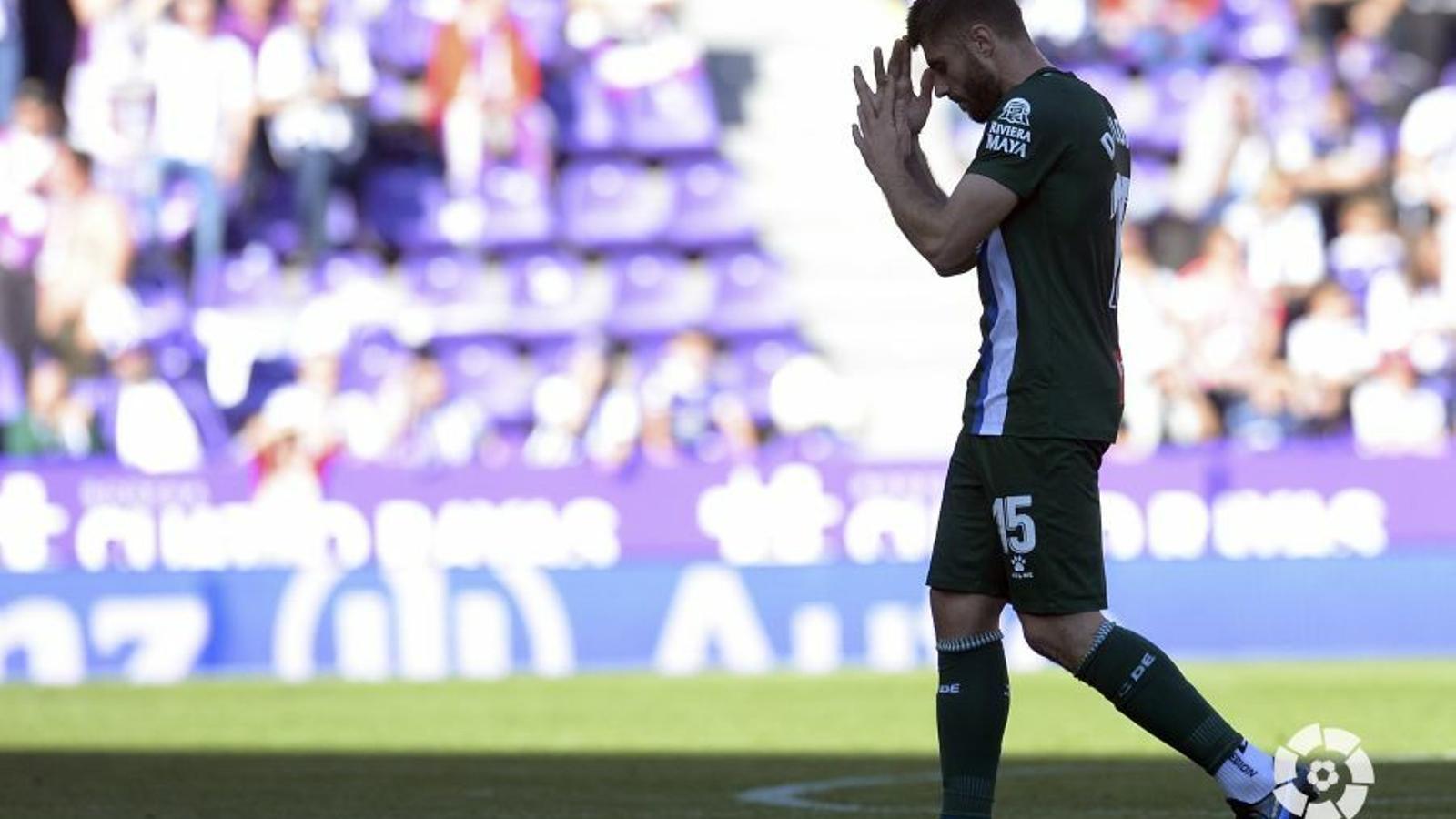 David López es retira del José Zorrilla sobre la gespa després de ser expulsat