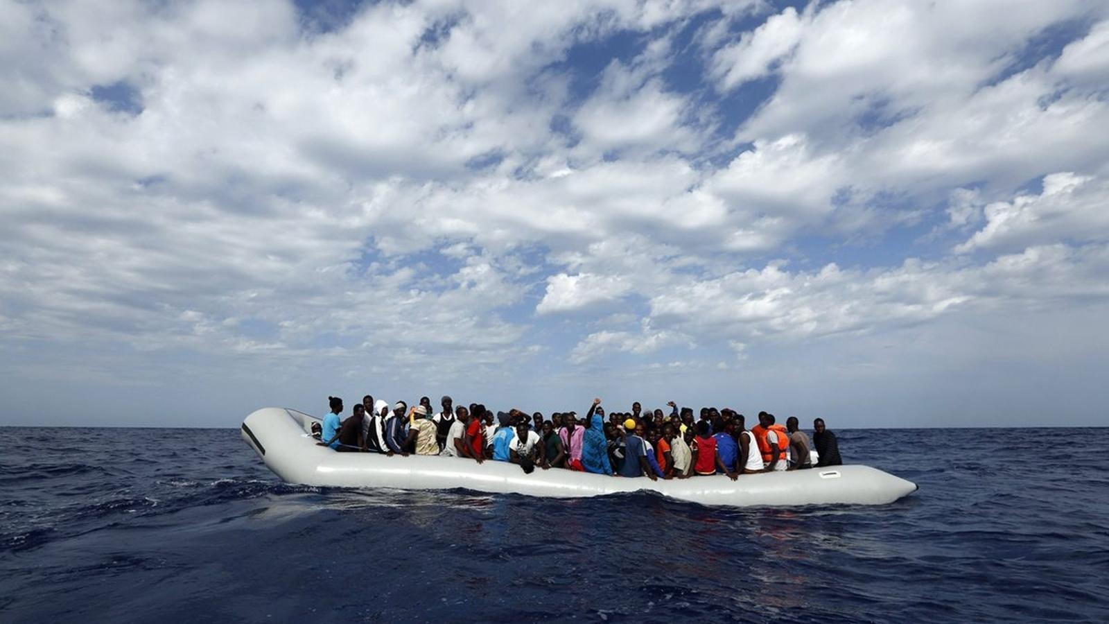 DAVANT LA COSTA DE LÍBIA   Una pastera amb 104 persones abans de ser rescatada per l'ONG Moas.