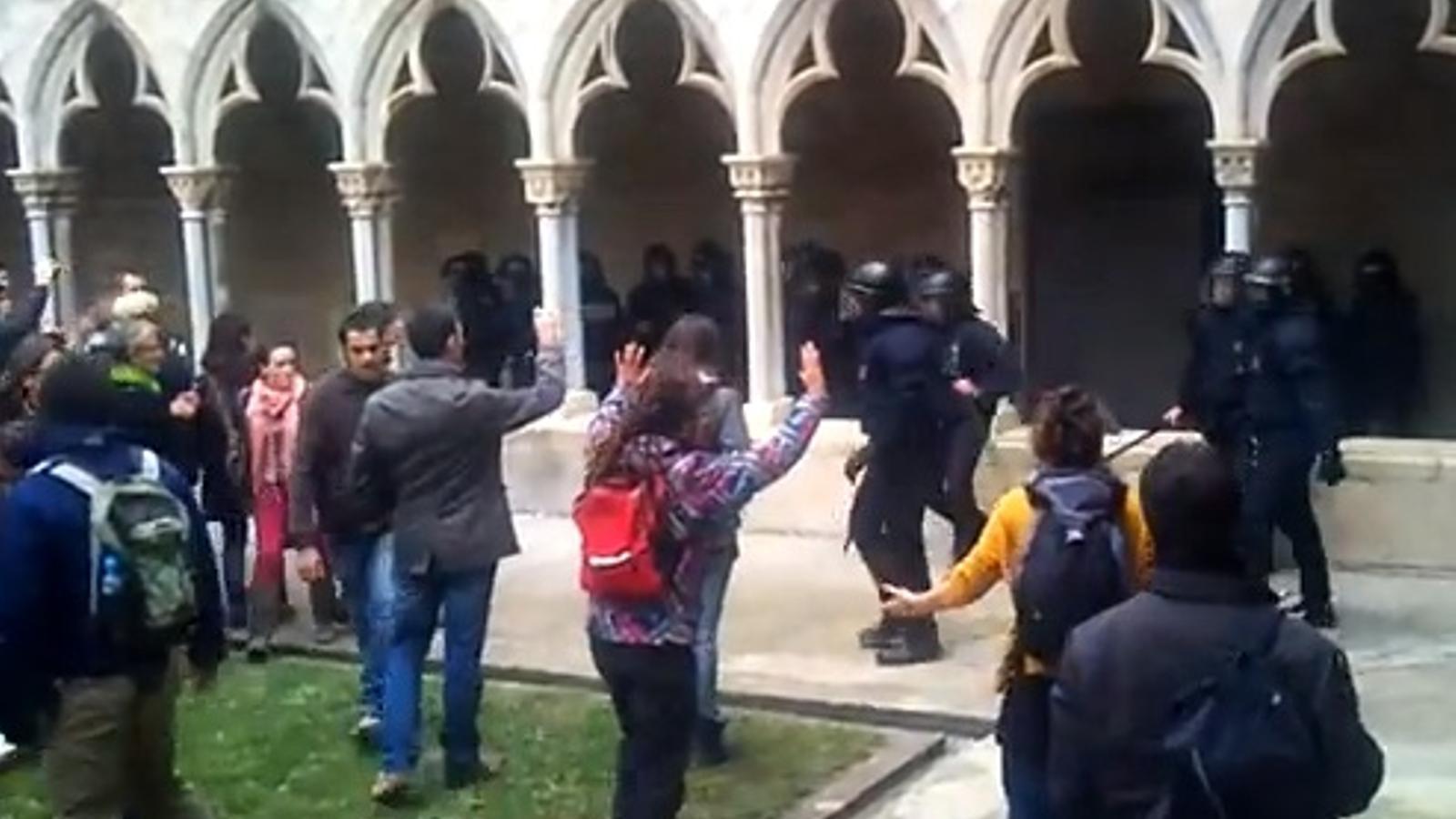 Els mossos carreguen contra estudiants a la Universitat de Girona