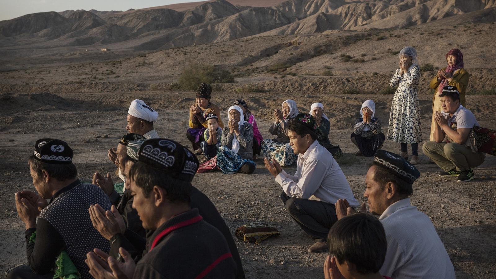 Una familia de uigurs resa durant una celebració tradicional a l'oest de la província de Xinjiang, a la Xina.