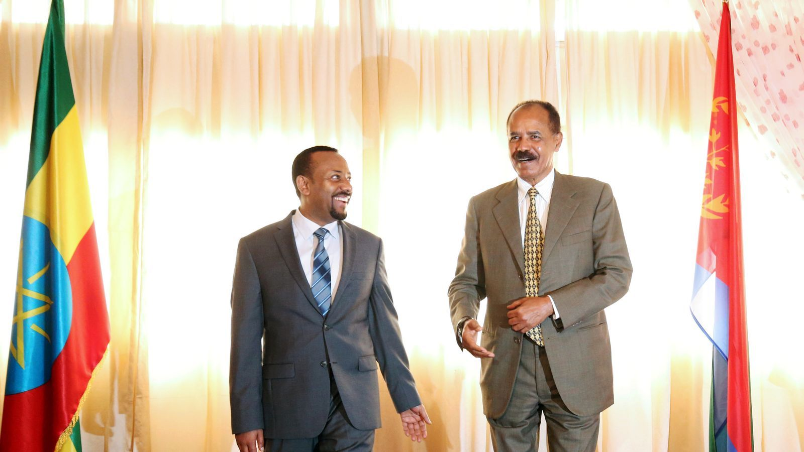 L'eritreu Isaias Afwerki mira somrient l'etíop Abiy Ahmed, a l'ambaixada eritrea d'Addis Abeba