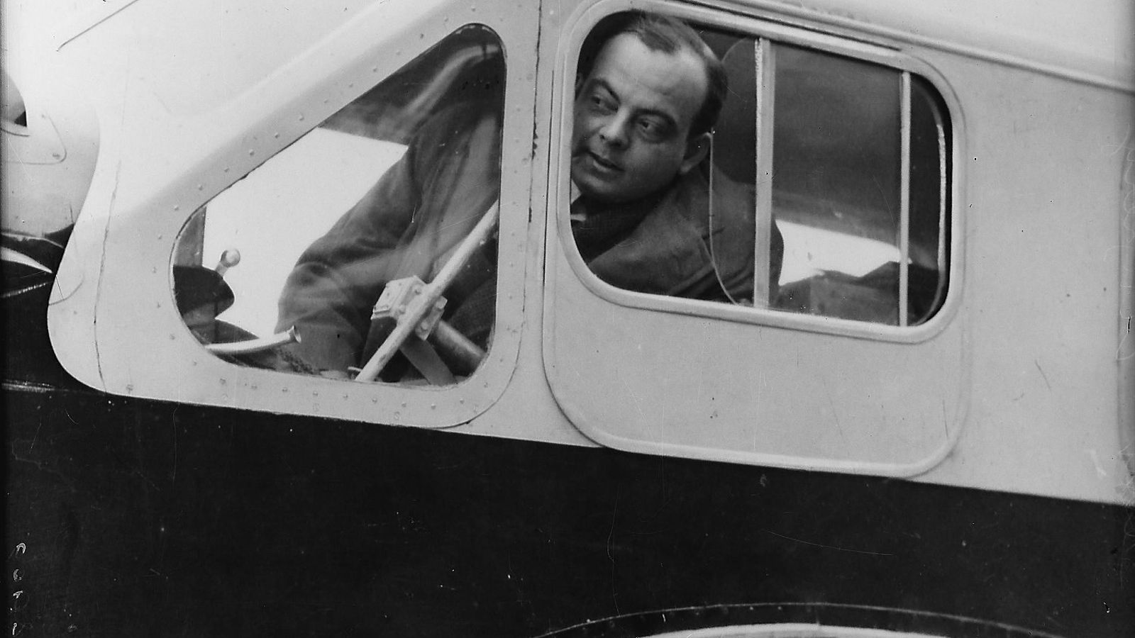 01. L'escriptor francès en una de les avionetes que pilotava.   02. El carnet de reporter de Saint-Exupéry.