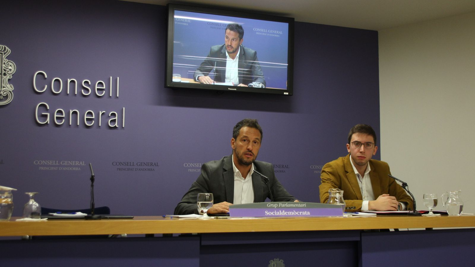 El president del grup parlamentari socialdemòcrata, Pere López, i el conseller Roger Padreny, durant la roda de premsa. / M. F.