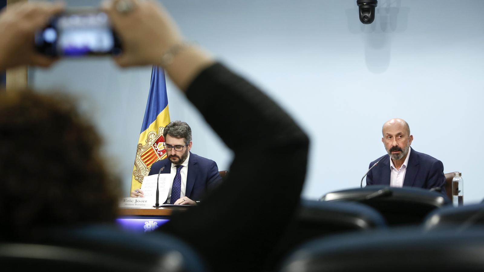 La cap de comunicació del Govern fa una foto del ministre portaveu i el ministre de Salut. / FSG