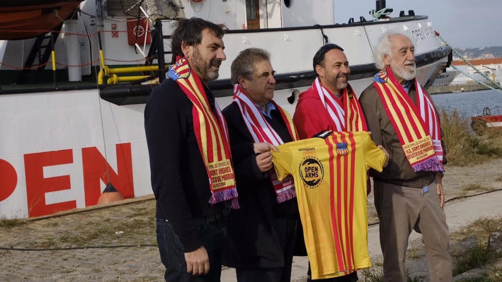 Òscar Camps i Manuel Camino, amb el capità del vaixell Open Arms i Josep Maldonado