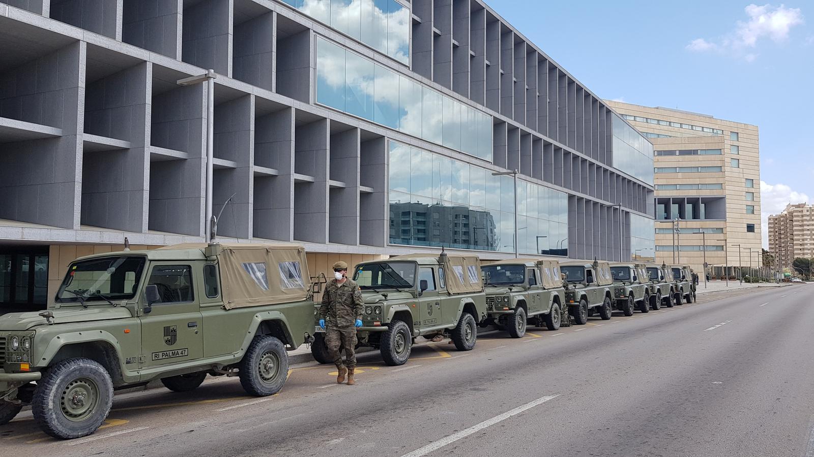 Arribada dels vehicles de l'exèrcit a l'hotel Palma Bay