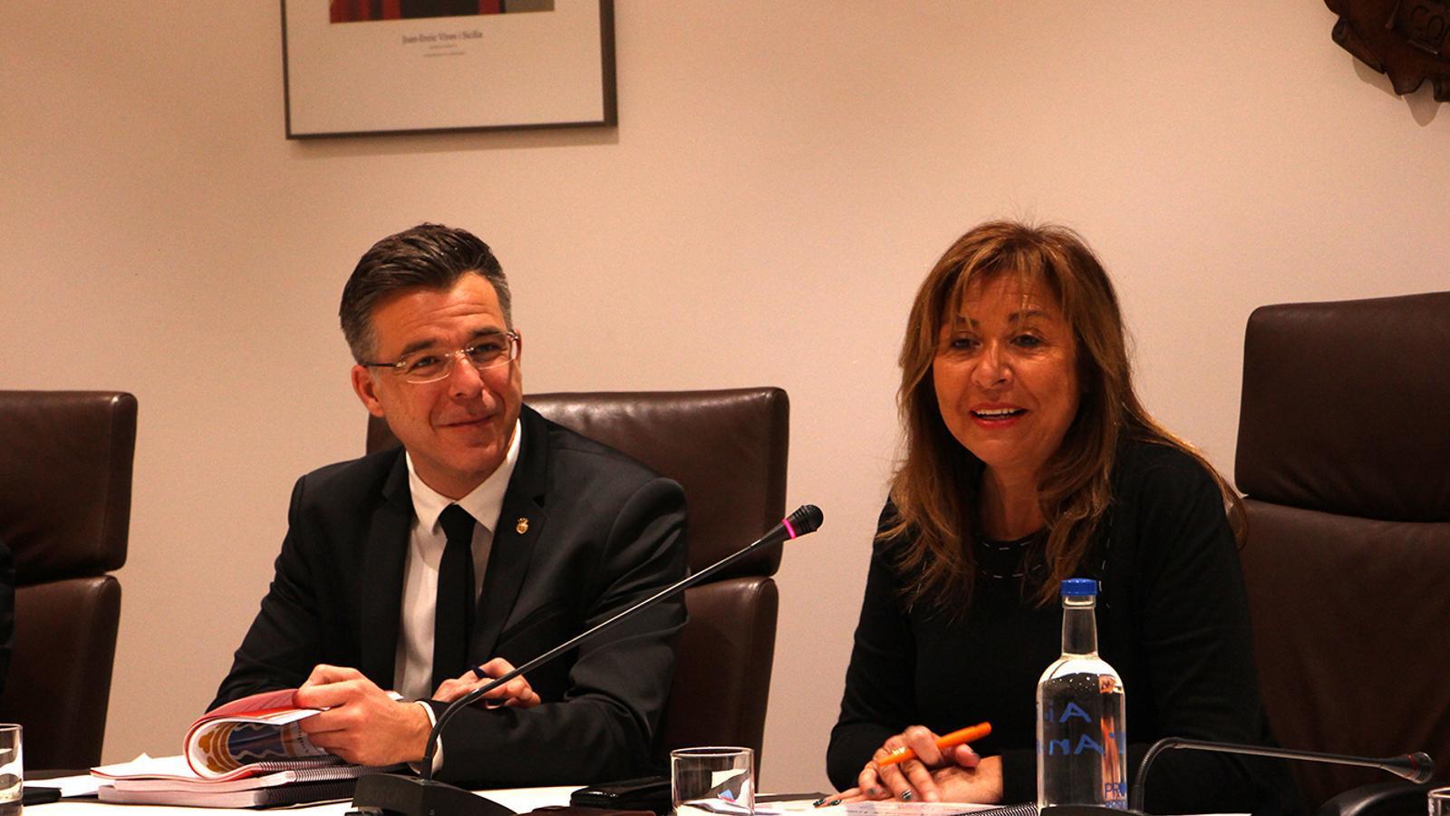 La cònsol major d'Andorra la Vella, Conxita Marsol, i el cònsol menor, Marc Pons, durant la sessió de consell de comú. / M. F. (ANA)