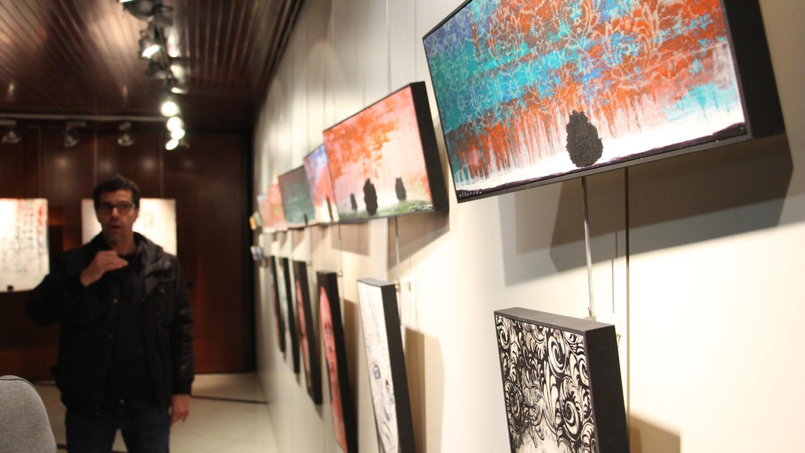 L'artista, Aleix Albareda, i les seves obres. / M. M. (ANA)
