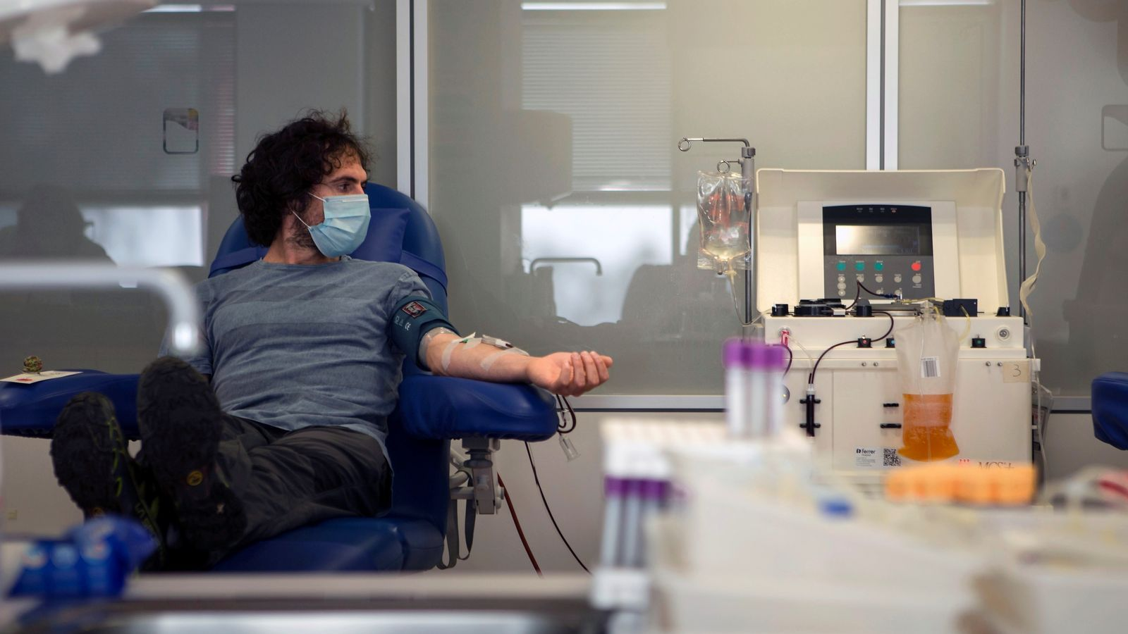 Un pacient recuperat de covid-19 se sotmet a una extracció de plasma convalescent a l'hospital Vall d'Hebron per a l'estudi de Grífols.
