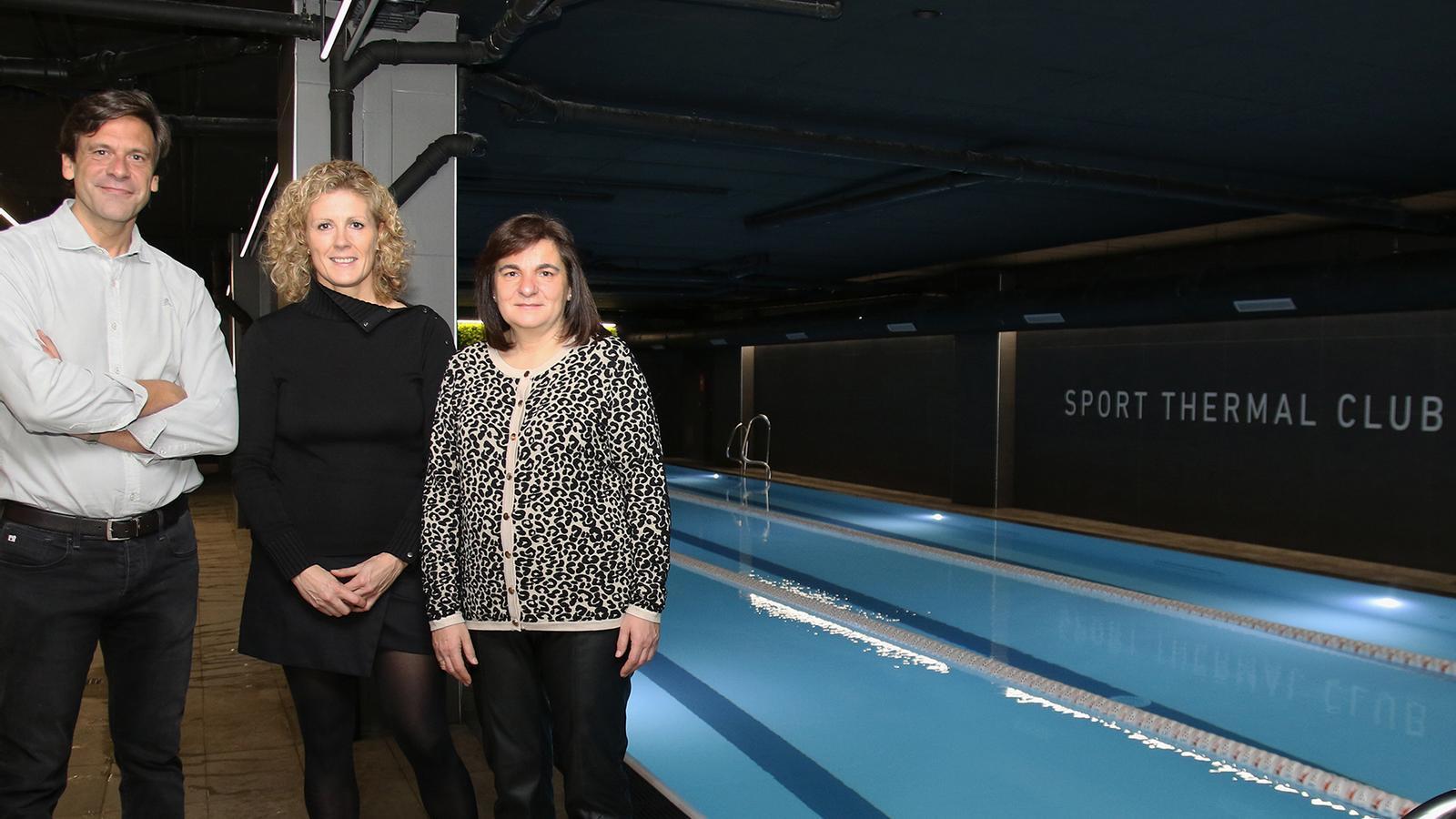 El director general de Caldea, Miguel Pedregal; la presidenta del Consell d'Administració de Semtee, i la cònsol major d'Escaldes-Engordany, Trini Marín, durant la inauguració de la nova piscina de Caldea. / CALDEA