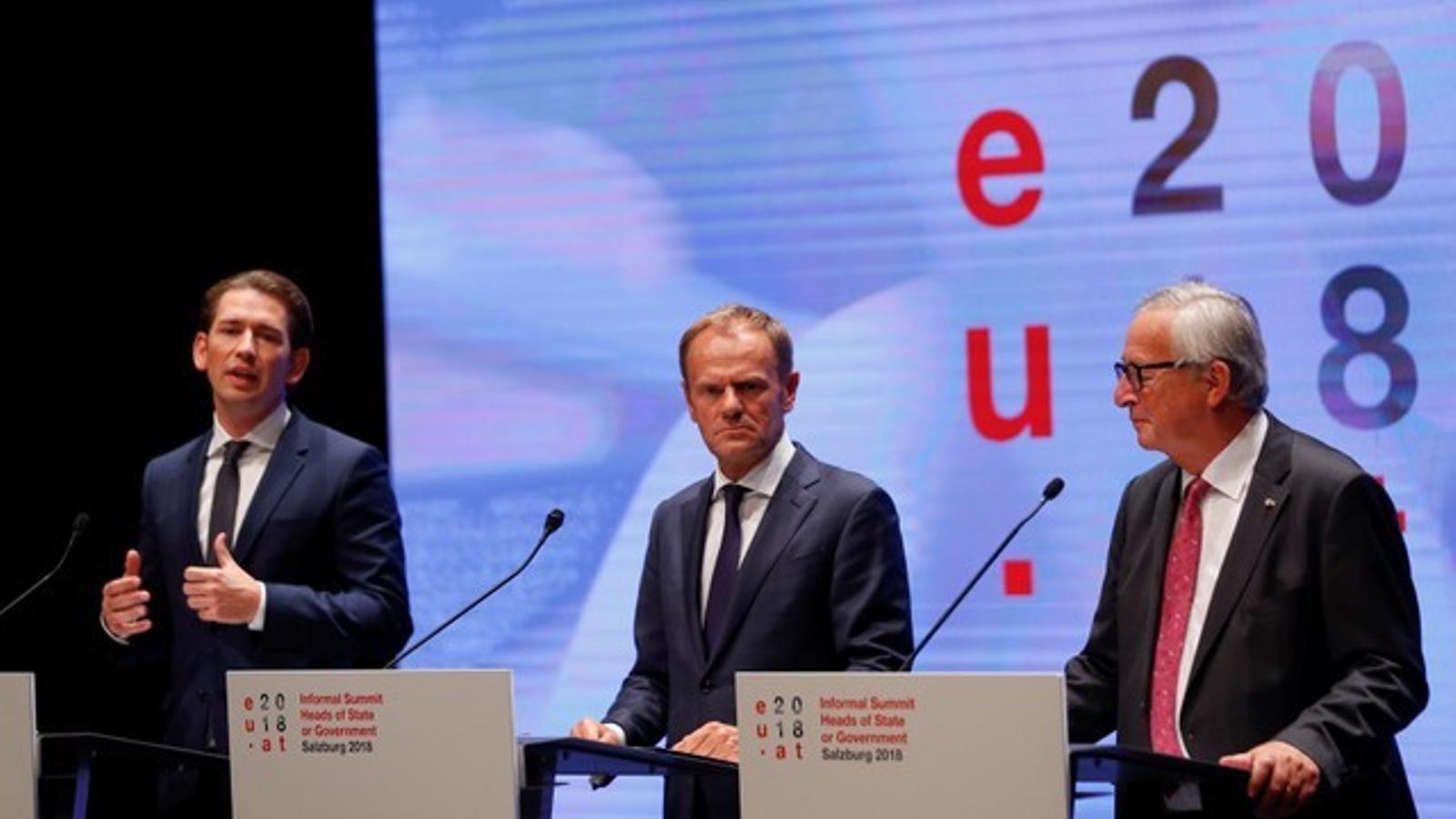 El president del Consell Europeu, Donald Tusk (al centre), amb Jean Claude-Juncker (dreta) i el líder austríac, Sebastian Kurz.