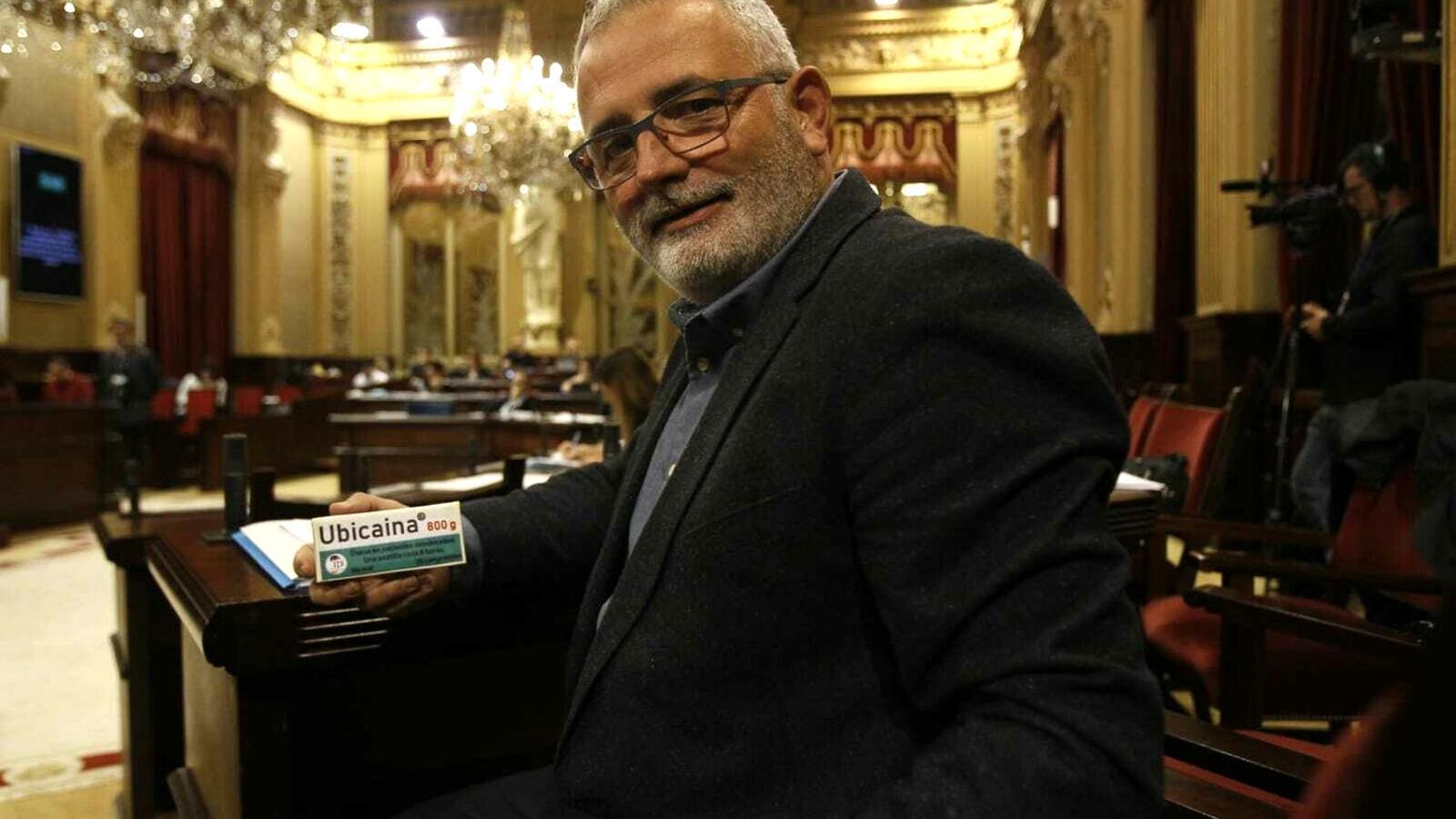 El fins ara líder d'El Pi, al Parlament, amb una capsa del medicament inventat Ubicaïna, per fer que el Govern balear s'ubiqui