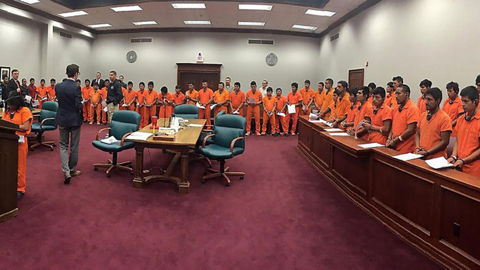 Judici massiu de migrants detinguts a la frontera, a alguns dels quals els han pres els fills, el 10 de maig a Pecos (Texas).
