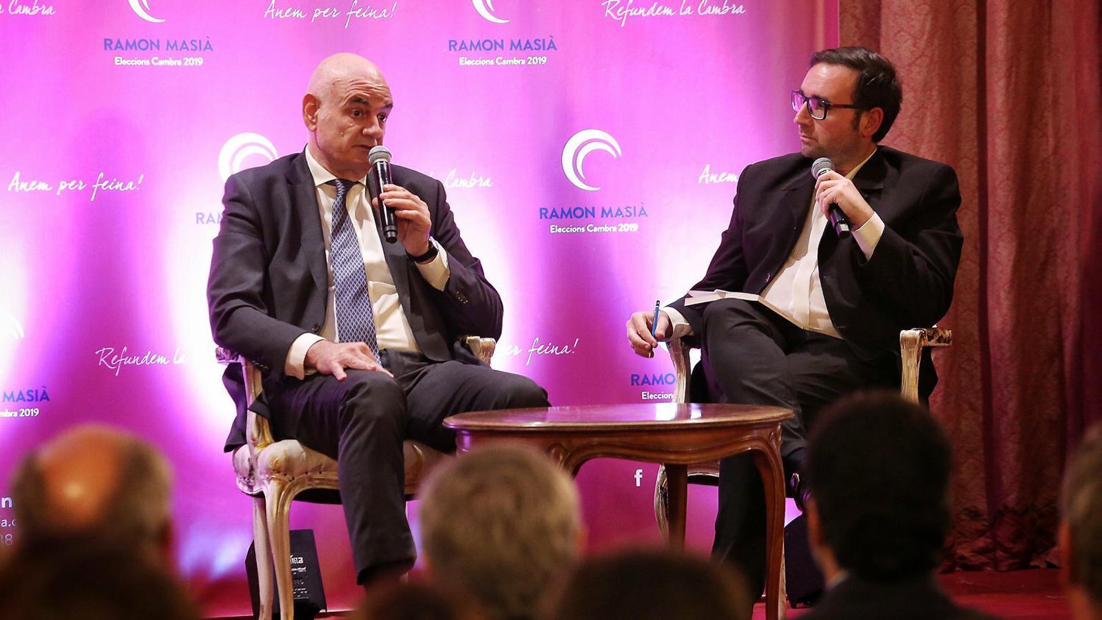 El candidat a presidir la Cambra de Comerç de Barcelona Ramon Masià (a l'esquerra) presentant el seu llibre. / PERE VIRGILI
