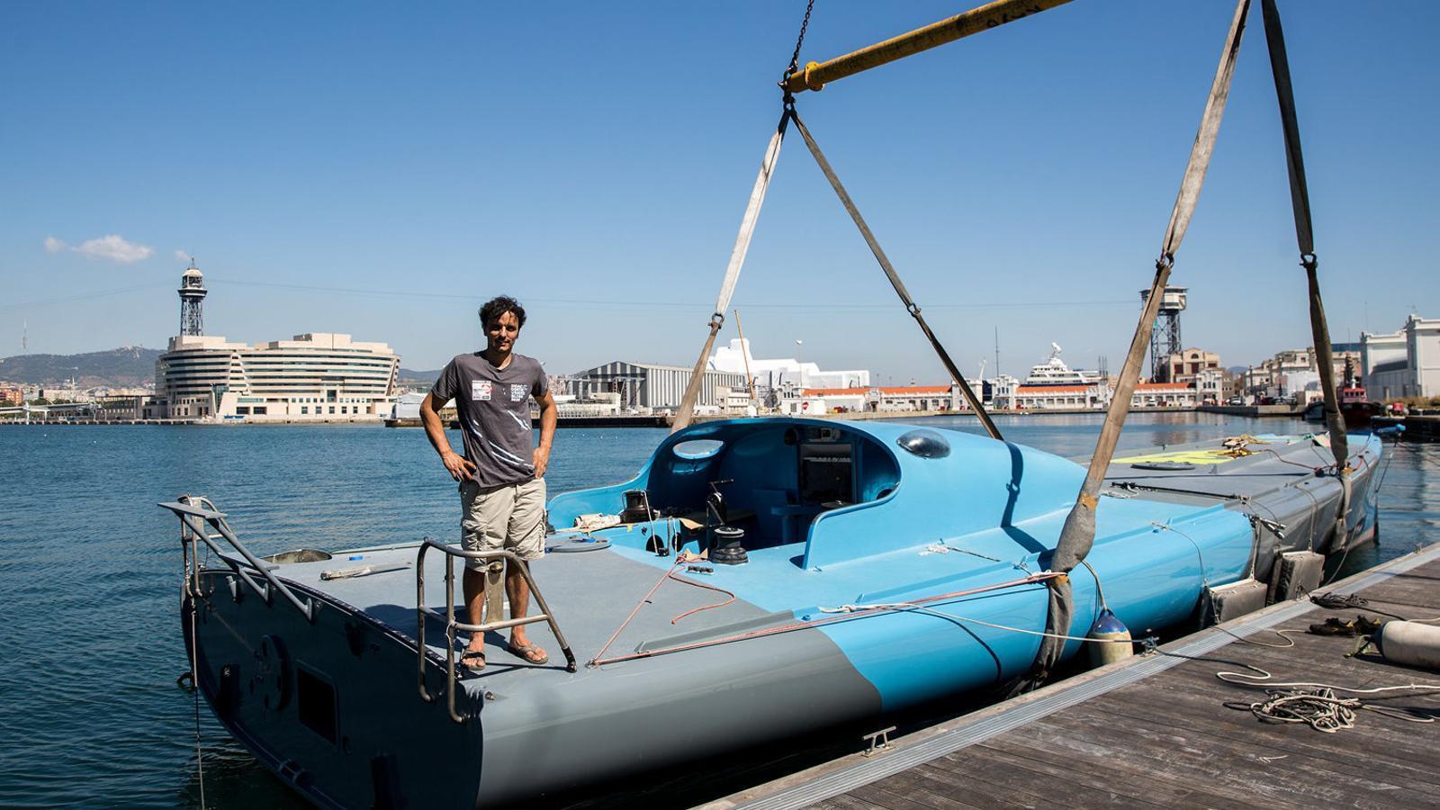 Dídac Costa amb seu vaixell al port de Barcelona.