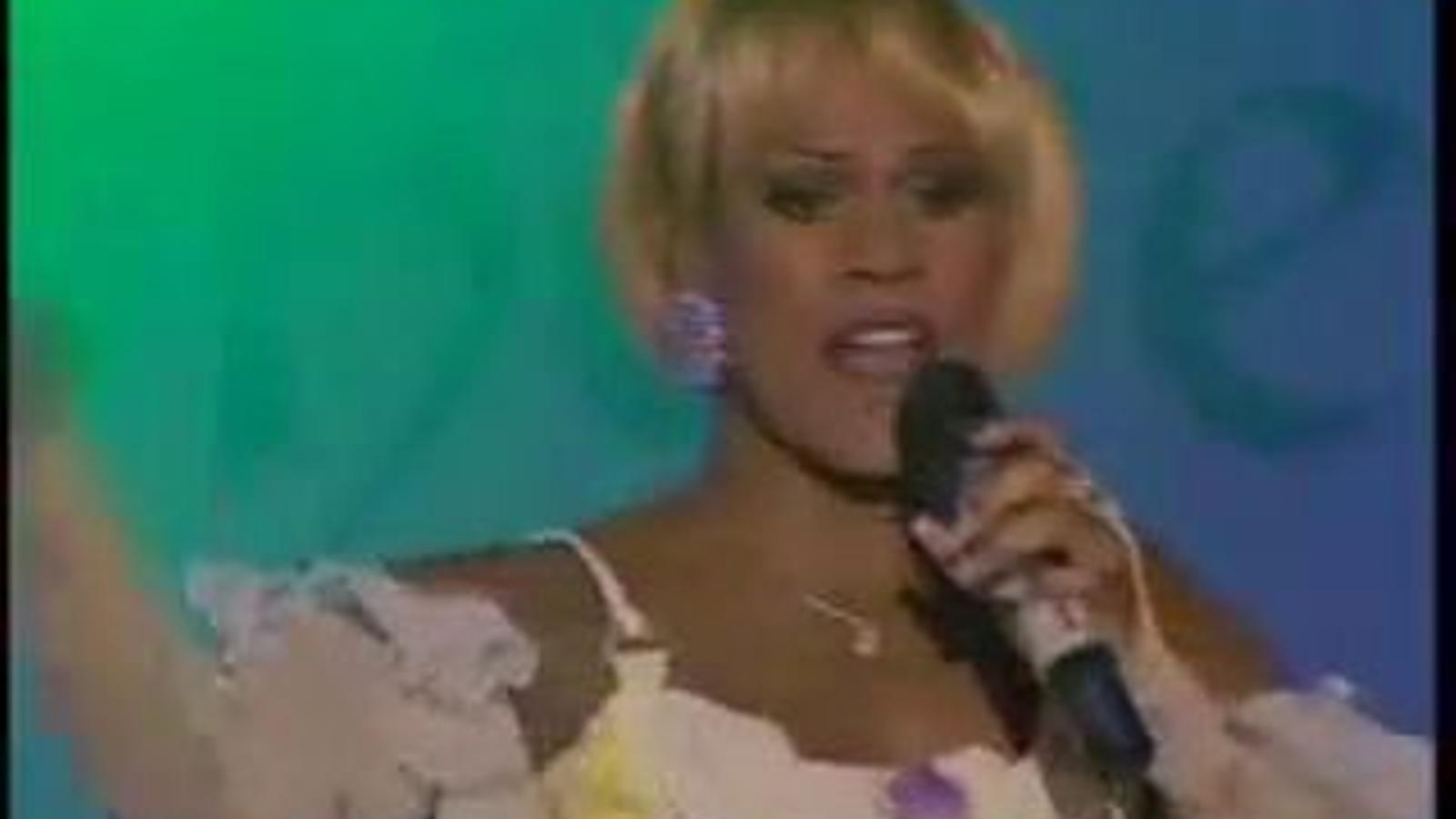 Ikenna Beney, imitadora de Whitney Houston, en una actuació al Gay Pride de Maspalomas de 2007