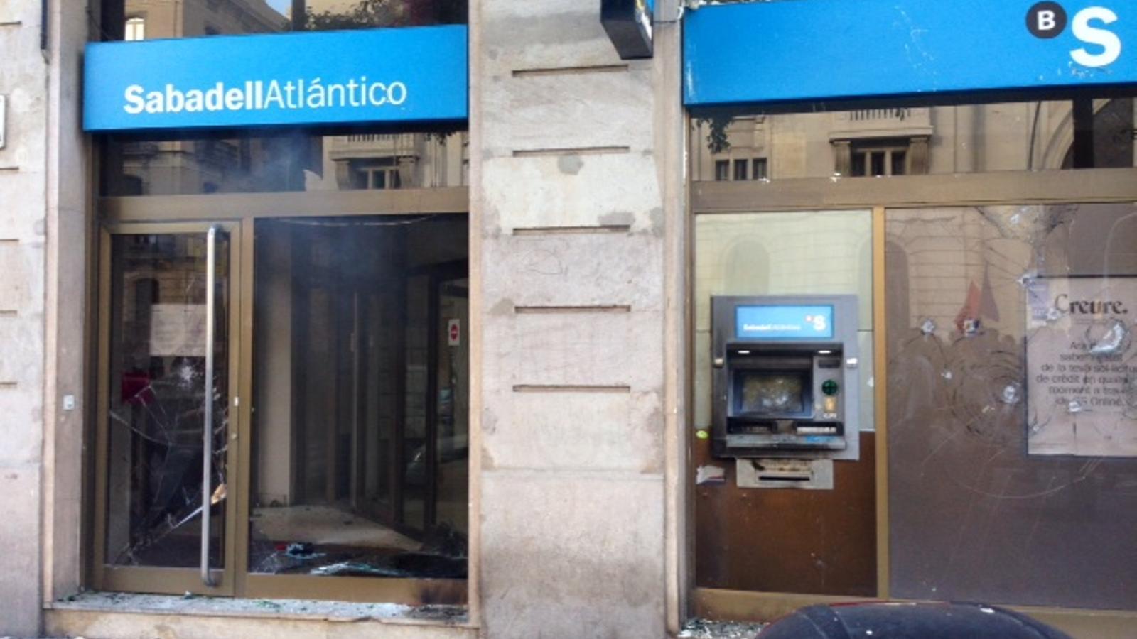 Quatre detinguts pels incidents de la marxa alternativa de - Oficinas banc sabadell ...