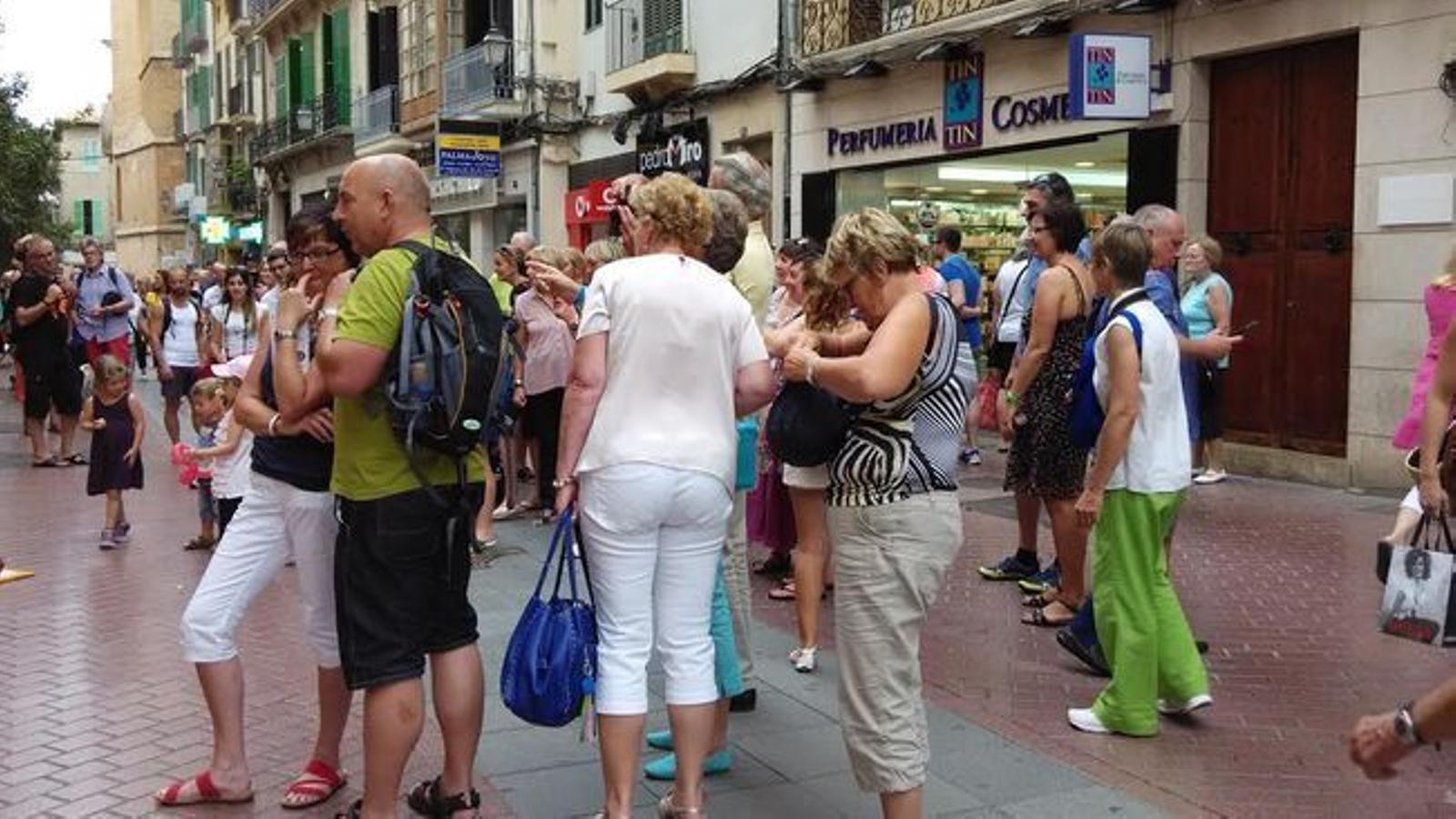 Turistes al carrer de Sant Miquel a Palma