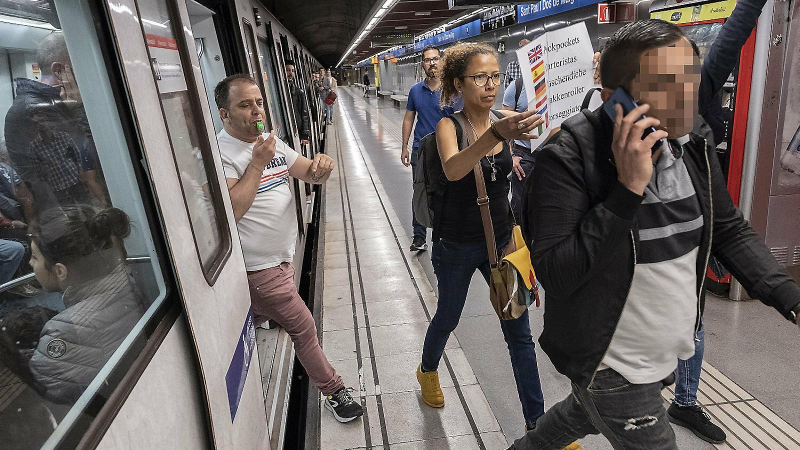 Sents xiulets al metro?  Són els caçacarteristes