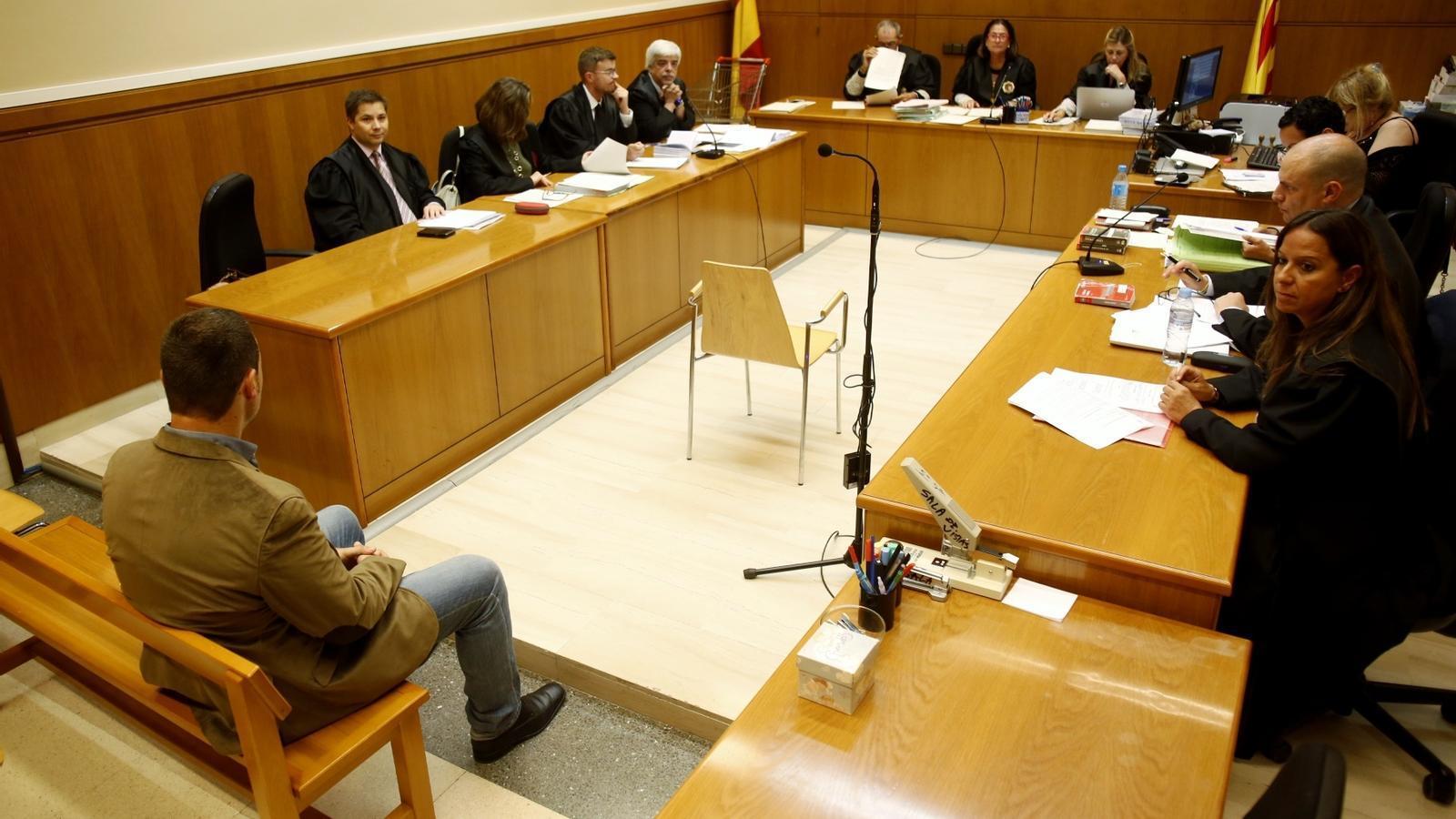 El mosso jutjat, assegut al banc dels acusats a l'Audiència de Barcelona