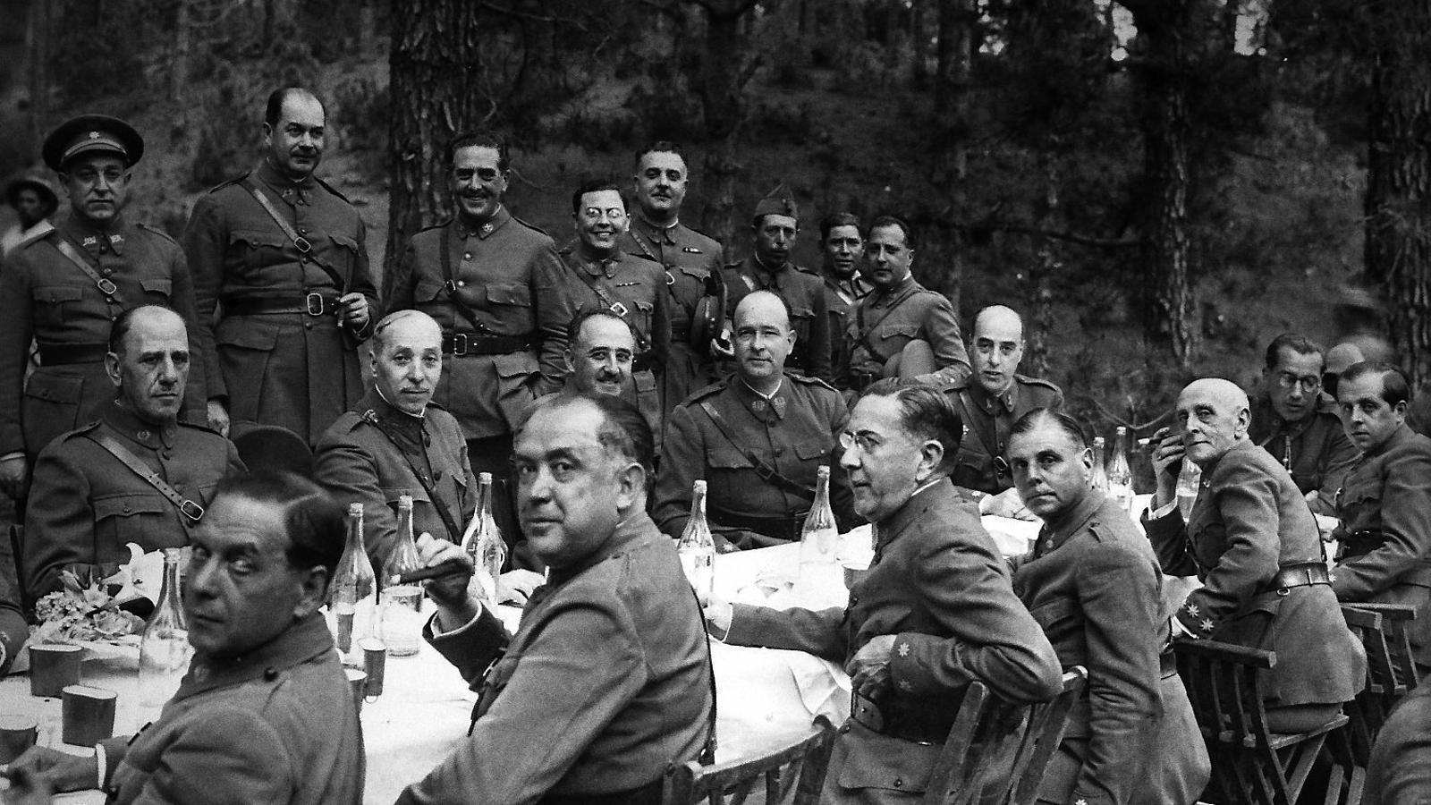 Franco, al centre, el juliol del 1936 a Tenerife, poc abans de l'atemptat.