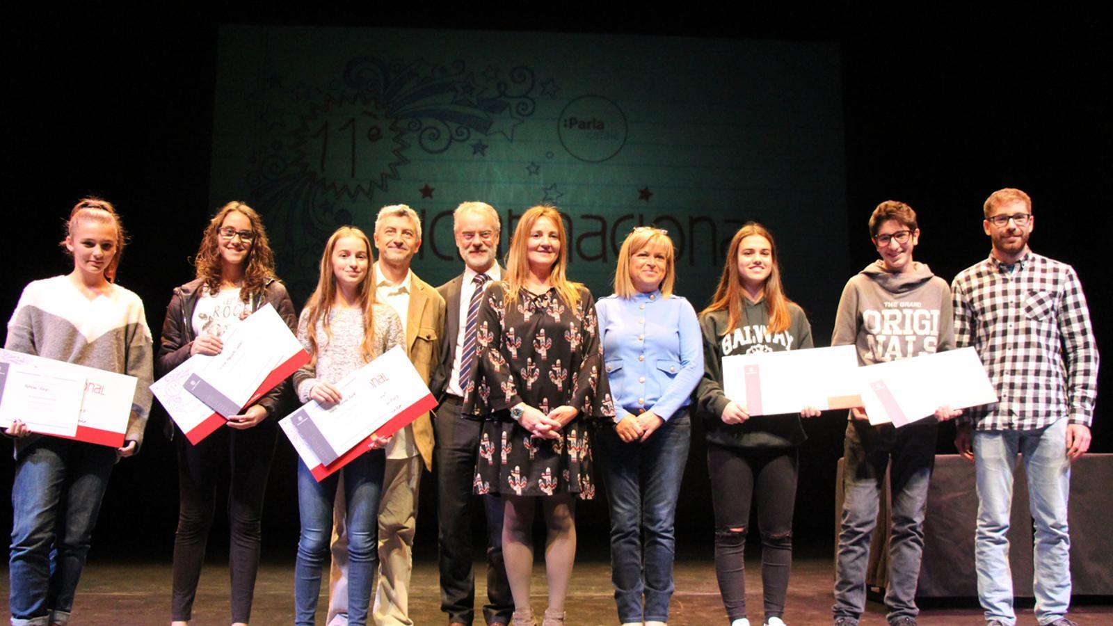 Foto de família dels guanyadors del Dictat Nacional amb les autoritats presents al lliurament de premis. / L. M. (ANA)