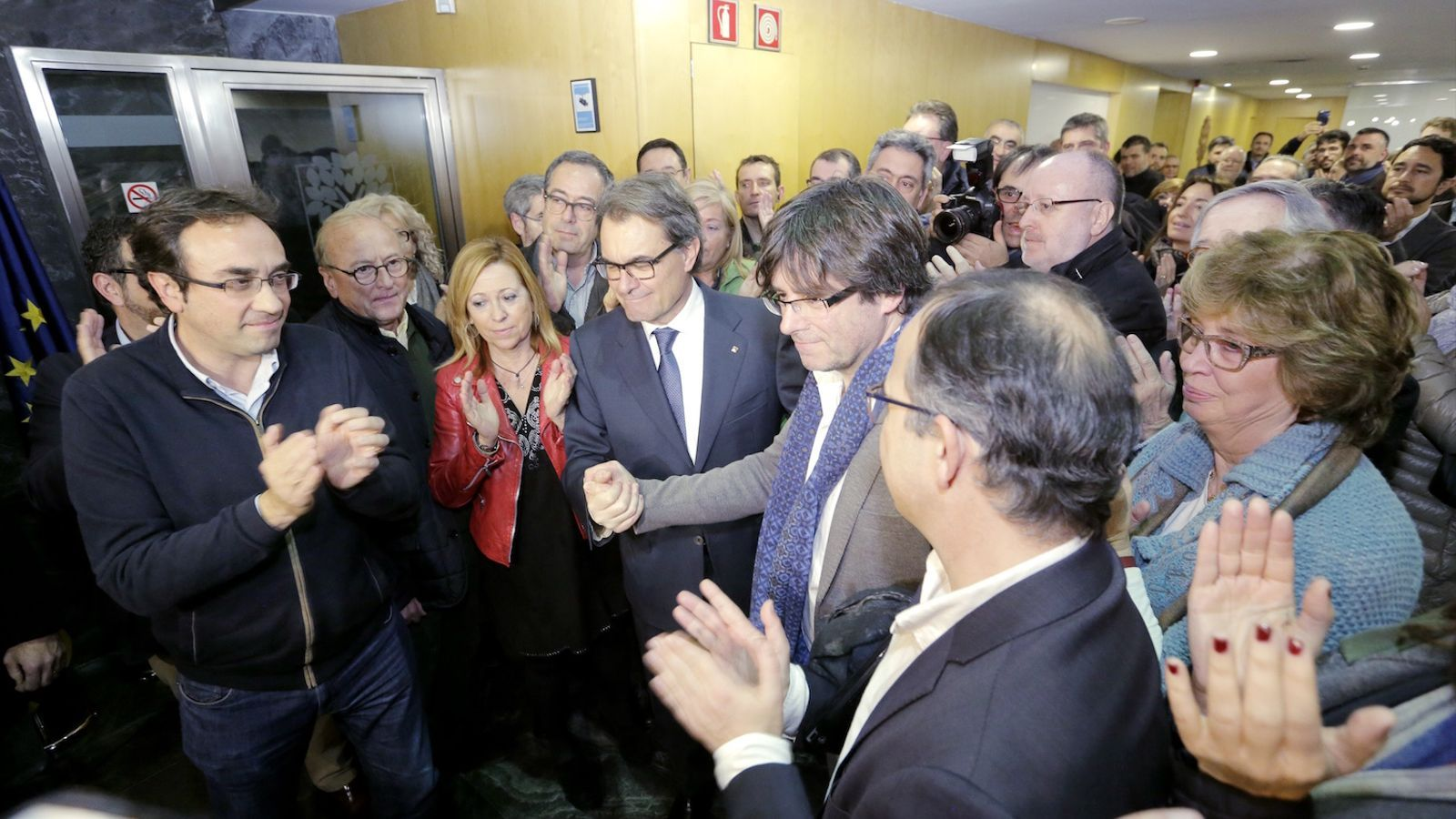 Artur Mas i Carles Puigdemont, ahir a la tarda a la seu de CDC, després d'anunciar que l'alcalde de Girona serà finalment el president de la Generalitat / MANOLO GARCÍA