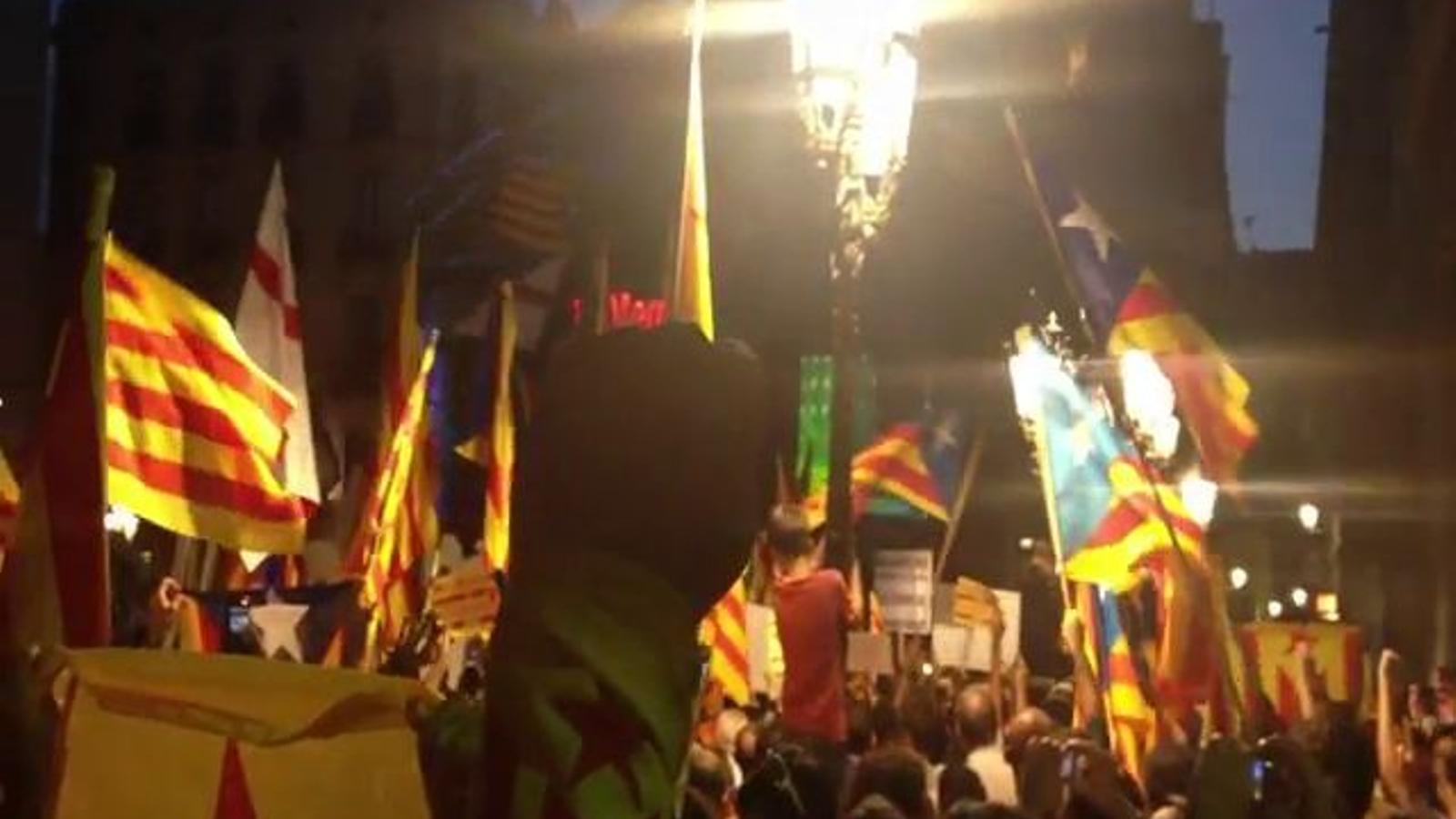 'Els segadors' a la plaça Sant Jaume, a la tornada de Mas de la reunió amb Rajoy