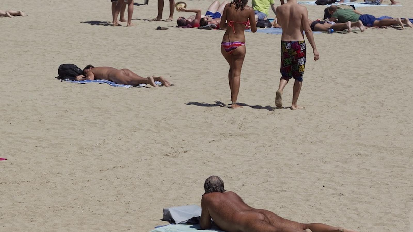Banyista nu a la platja de Sant Sebastià / PERE TORDERA