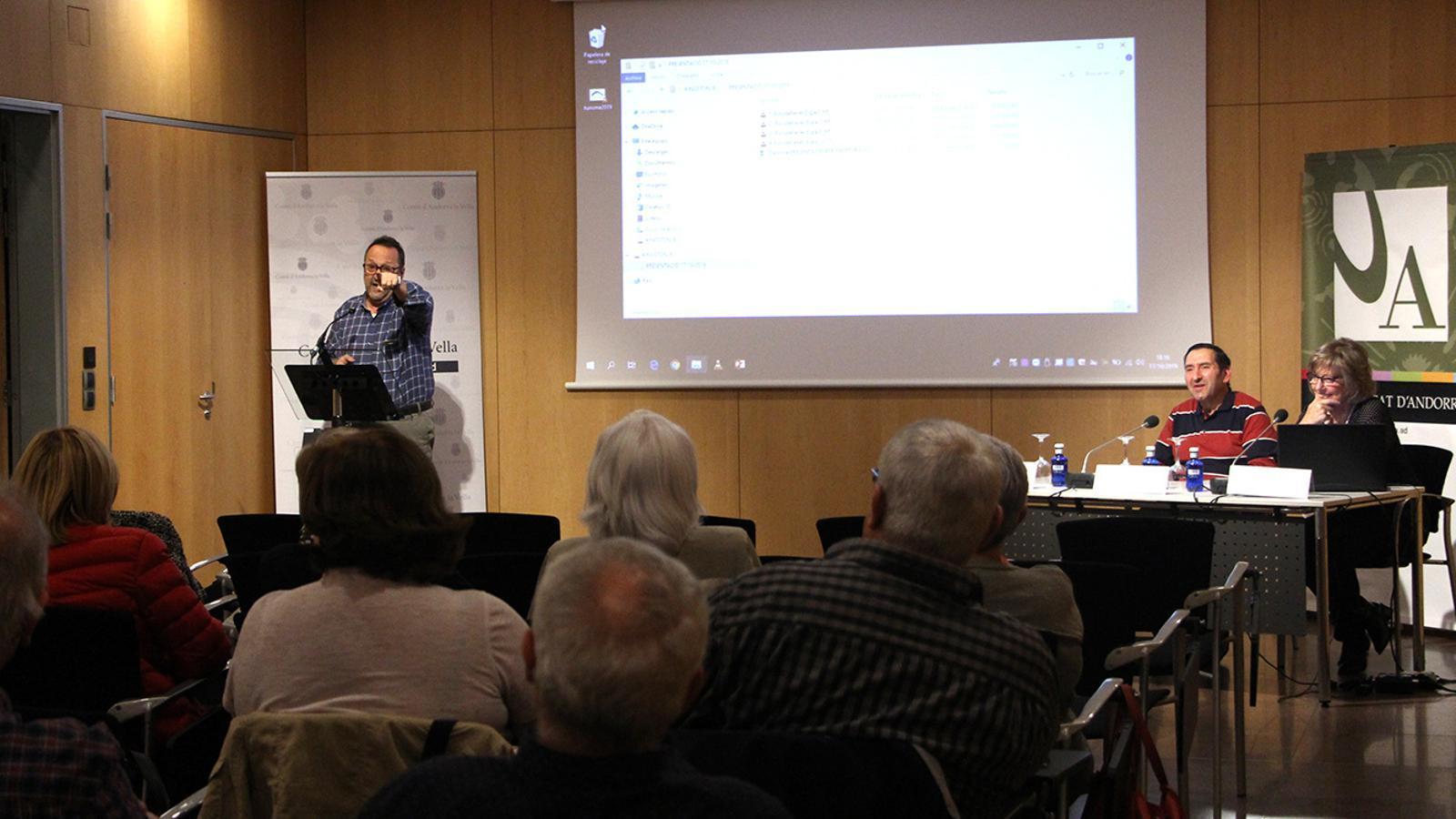 Membres de la Confraria d'escudellaires han ofert la primera sessió de l'Aula Magna. / M. F. (ANA)