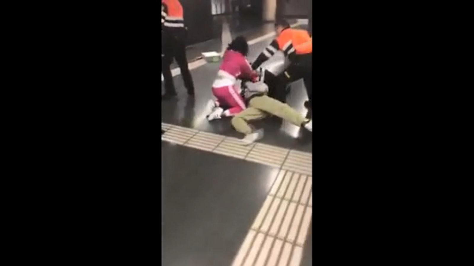 Un grup de passatgers agredeixen dos vigilants del metro en un control de bitllets