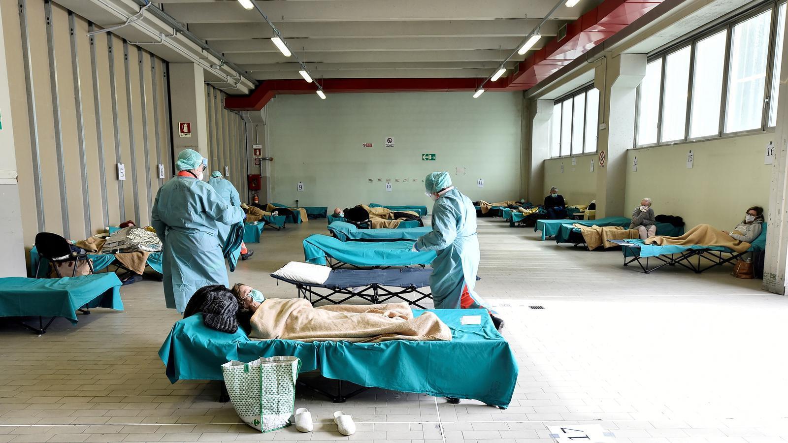 Personal mèdic ajudant els pacients a l'hospital Spedali Civili de Brescia, Itàlia