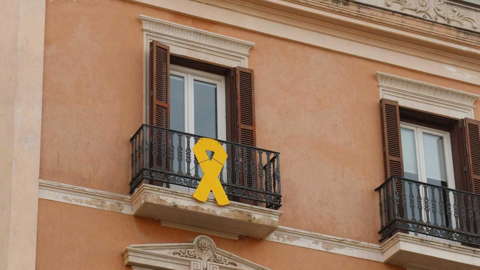 El llaç groc que llueix al balcó de les oficines del grup parlamentari MÉS per Mallorca.