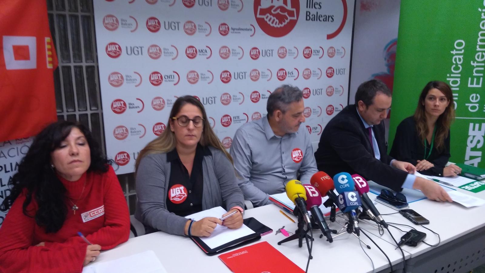 Els representants sindicals durant la roda de premsa.